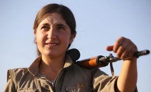Une combattante kurde du PKK, lors d'une patrouille militaire sur la ligne de front à Makhmour, près de Mossoul, le 21 août 2014 en Irak