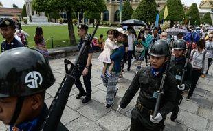 Des soldats thaïlandais patrouillent à Bangkok, le 14 août 2016.