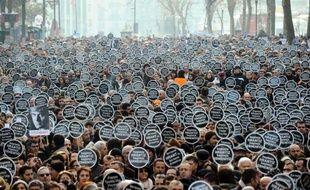 Plus de 10.000 personnes se sont réunies jeudi dans le centre d'Istanbul pour rendre hommage au journaliste turc d'origine arménienne Hrant Dink, tué cinq ans plus tôt par un jeune nationaliste, et pour conspuer les autorités après le rejet par un tribunal des accusations de complot.