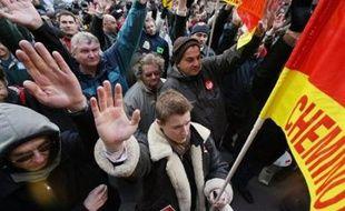Six syndicats de la SNCF (CGT, Sud-Rail, CFTC, FO, Unsa et CFE-CGC) avaient appelé vendredi à poursuivre le mouvement. Seule la CFDT-Cheminots s'est prononcée pour la reprise du travail, fragilisant l'unité syndicale.