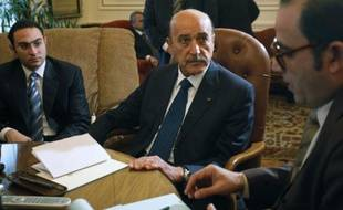 Le vice-président égyptien Omar Souleimane en discussion avec les représentants de l'opposition, dans le bureau du Premier ministre, au Caire, le 6 février 2011.