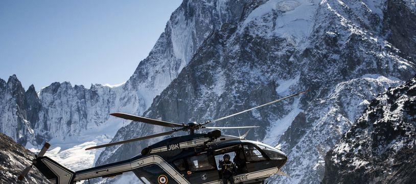 Photo d'illustration d'un hélicoptère du peloton de gendarmerie de haute montagne (PGHM) au Mont-Blanc.