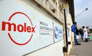 PSA Peugeot Citroën a contacté le groupe américain Molex, avec qui il travaille indirectement, pour lui demander de respecter les engagements pris envers son usine de Villemur-sur-Tarn (Haute-Garonne), a indiqué jeudi son directeur des achats Yannick Bezard.