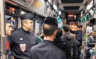 Un bus sécurisé par les forces de police en Seine-Saint-Denis, à l'automne 2009.