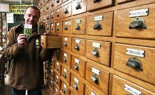 Eric Fiol conserve ses graines dans son grand meuble à tiroirs traditionnel.