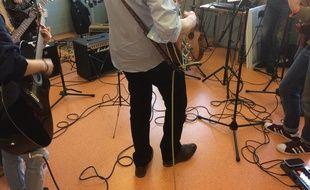 Le docteur Xavier Pommereau et sa collègue kinésithérapeute jouent de la musique avec leurs patients, sur un pied d'égalité.