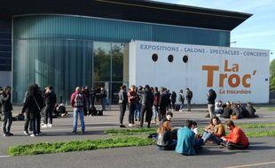 Devant la halle de la Trocardière où se déroulent des examens du second semestre.