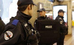 Policiers au centre commercial Part-Dieu à Lyon.