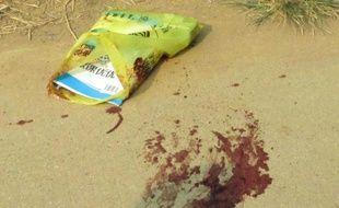 Des taches de sang sur le sol à côté d'un sac contenant des livres à Pingshan, dans le sud de la Chine, où un forcené muni d'un couteau a tué 4 élèves d'une école primaire, le 26 septembre 2014