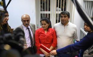 Le couple, Hassan (d) et  Gulistan Ahmad (c), le 19 novembre 2015 au tribunal de Khimki, ville de la banlieue de Moscou
