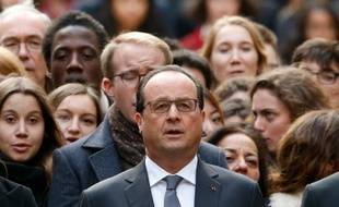 Le président François Hollande lors d'une minute de silence le 16 novembre 2015 à La Sorbonne à Paris