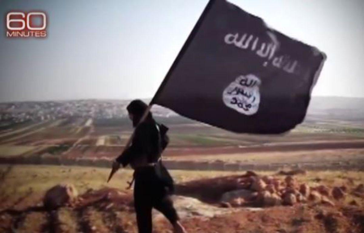 Le drapeau de Daesh (capture vidéo). – CBS