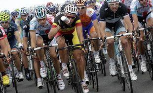 Le peloton du Tour de France, le 6 juillet 2011, sur la route du Cap Fréhel.