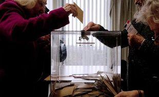 Dans un bureau de vote de Créteil, à l'occasion des élections départementales, le 22 mars 2015