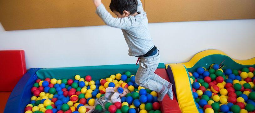 Un enfant joue dans une crèche (illustration).