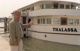 Georges Pernoud devant le bateau «Thalassa», le 27 juillet 1997, à Paris.