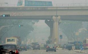 """La pollution à Singapour, provoquée par des feux de forêts dans l'Indonésie voisine, a atteint vendredi un niveau """"dangereux"""", poussant Jakarta à recourir aux moyens extrêmes, comme l'ensemencement de nuages dans l'espoir de faire tomber une pluie providentielle."""