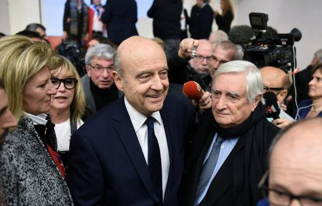 Alain Juppé et Jean Pierre Raffarin lors d'une réunion publique jeudi 16 février 2017.