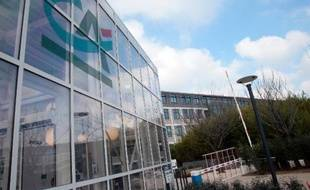 Le procès de quatre ex-employés d'une filiale d'investissement boursier du Crédit Agricole, accusés d'avoir prélevé au détriment de plusieurs caisses de retraite des commissions abusives dépassant les 100 millions d'euros, s'est ouvert lundi à Nanterre.