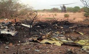 Un hélicoptère sur le lieu du crash de l'avion d'Air Algérie dans le nord du Mali, le 25 juillet 2014.