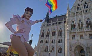 Une manifestation LGBT devant le parlement hongrois, à Budapest le 14 juin 2021.