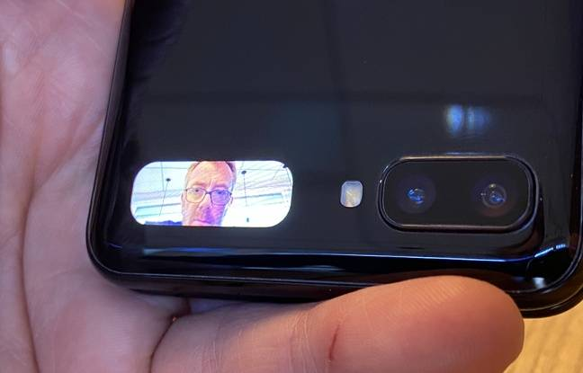 L'écran externe de 1,06 pouce pour cadrer les selfies réalisés avec les capteurs principaux.