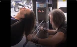 Pour couper les cheveux de ses clientes, Alberto Olmedo utilise des katanas, des sabres japonais.
