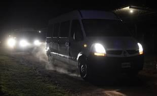 L'équipe de tournage et les quatre sportifs français sont en route pour Buenos Aires, escortés par la gendarmerie, le 12 mars 2015.