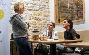 La communiste Cécile Cuckierman (à gauche) et la socialiste Najat Vallaud-Belkacem (à droite) feront désormais compagne aux côtés de l'écologiste Fabienne Grébert pour barrer la route à Laurent Wauquiez, grand favori des élections régionales en Auvergne-Rhône-Alpes.