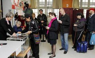 46 millions de Français départagent dimanche les deux finalistes de la présidentielle, le sortant UMP Nicolas Sarkozy et le socialiste François Hollande, lors d'un scrutin qui s'est ouvert à 08H00.