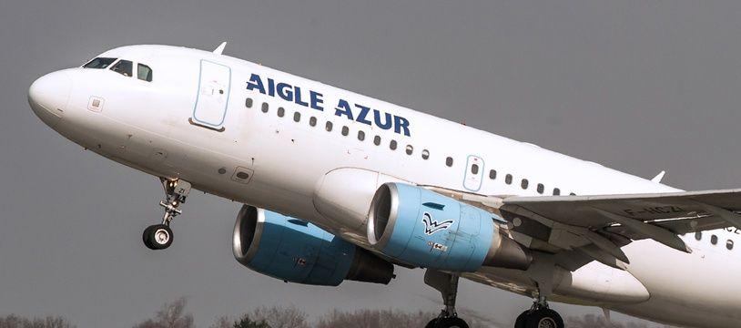 Avion aigle Azur au décollage à LilleLesquin