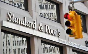 """L'agence d'évaluation financière Standard and Poor's (SP) a abaissé lundi d'un cran à """"AA+"""" la note du Fonds de soutien de la zone euro (FESF), mais n'exclut pas de la relever à """"AAA"""" si des garanties supplémentaires devaient lui être accordées, selon un communiqué."""