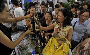 Des Chinois dégustent du vin