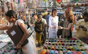 Les fondatrices de la marque de vêtement Ideo visitent des producteurs de coton bio à Bombay (Inde).