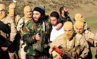 Image distribuée par le groupe Etat islamique aux sites islamistes montrant le pilote jordanien que l'EI a capturé en Syrie le 24 décembre 2014