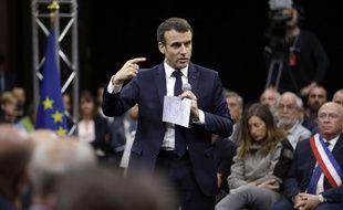 Emmanuel Macron lors d'un grand débat national à Gréoux-les-Bains