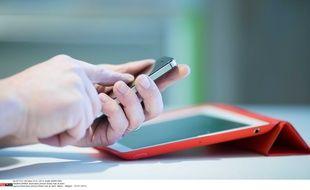 Illustration d'un homme avec un smartphone et une tablette.