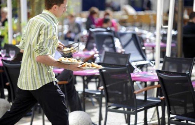 Un serveur dans un restaurant à Montpellier en mars 2009.