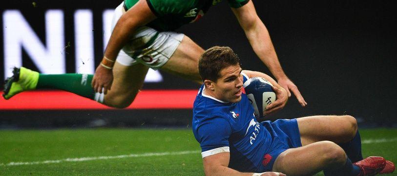 Antoine Dupont marque le premier essai français face à l'Irlande, samedi 31 octobre.