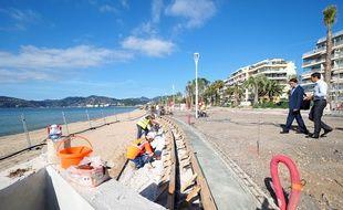 Un escalier monumental, qui descend sur la plage, est en cours de construction