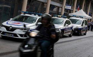 (Photo d'illustration) Un scooter passe devant un commissariat parisien.