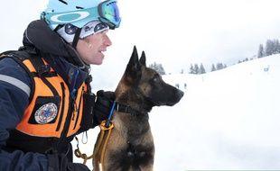 Un CRS et son chien passent un examen pour secourir des victimes en cas d'avalanche.