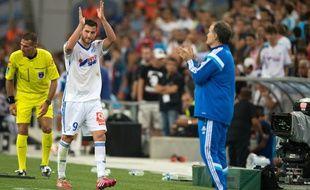 André-Pierre Gignac félicité par Marcelo Bielsa à sa sortie du terrain vendredi 30 août au Vélodrome face à Nice.