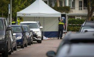 Des policiers sur le site d'une fusillade dans le quartier d'Amsterdam de Buitenveldert, le 18 septembre 2019, où l'avocat néerlandais Derk Wiersum a été abattu en plein jour.