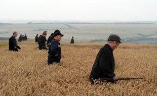 Des mineurs ukrainiens aident les secours à la recherche de corps de victimes après le crash d'un avion de la Malaysia Airlines à Grabove, à l'Est de l'Ukraine, le 18 juillet 2014