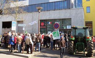 Près de 300 manifestants étaient rassemblés ce mardi midi devant la Draaf.