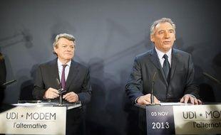 Jean-Louis Borloo de l'UDI et François Bayrou du Modem officialisent  leur union politique baptisée «l'Alternative» lors d'une conférence de  presse à la Maison de la chimie à Paris, le 5 novembre 2013.