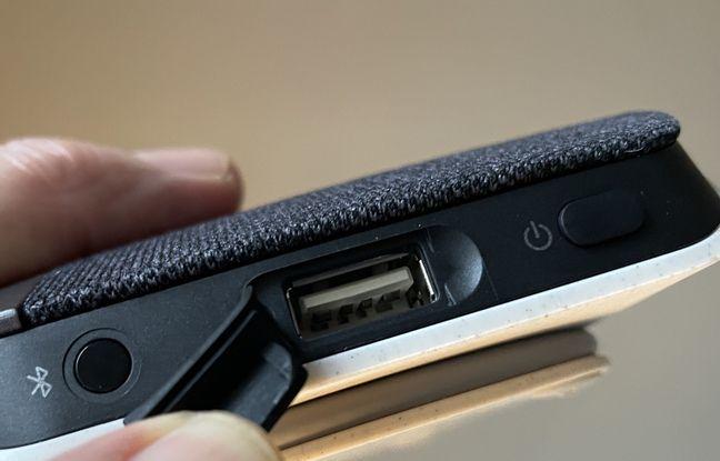 La prise USB permet de recharger l'enceinte mais aussi de lui connecter un smartphone à recharger.