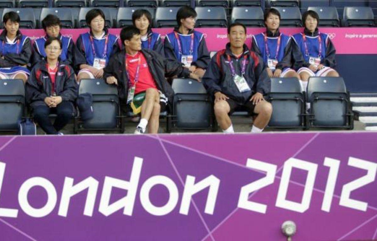 """Le Premier ministre britannique David Cameron a estimé jeudi que la confusion entre les drapeaux nord-coréen et sud-coréen lors du tournoi de football dames des jeux Olympiques mercredi était """"une erreur commise de bonne foi"""", qui """"n'aurait pas dû se produire"""". – Graham Stuart afp.com"""