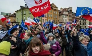 Des Polonais manifestent contre la mainmise du gouvernement conservateur sur les médias publics, à Varsovie le 9 janvier 2016